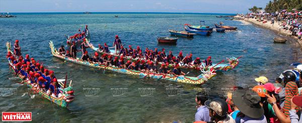 Đua thuyền Tứ linh ở Lý Sơn