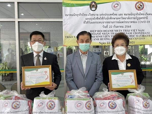 Hiệp hội Doanh nhân Thái-Việt Nam trao quà cho sinh viên bị ảnh hưởng bởi Covid-19