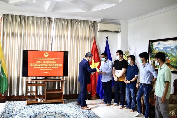 Trao hỗ trợ của Mặt trận Tổ quốc Việt Nam cho bà con cộng đồng gặp khó khăn tại Myanmar