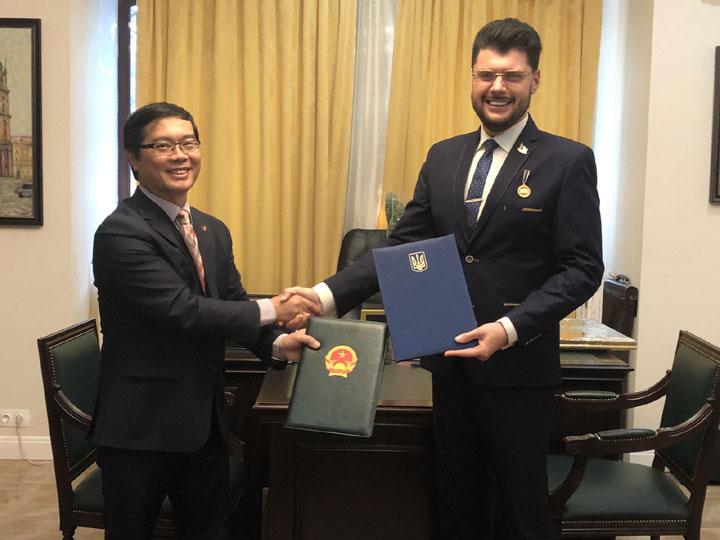 Đại sứ quán Việt Nam tại Ucraina ký Thoả thuận hợp tác với Hội hoạ sỹ Ucraina và Nhà bảo trợ Gorchakov