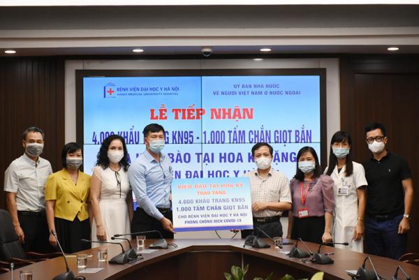 Trao tặng vật phẩm y tế của kiều bào tại Hoa Kỳ cho Bệnh viện Đại học Y Hà Nội