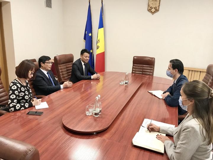 Đại sứ Nguyễn Hồng Thạch làm việc với các bộ ngành Moldova
